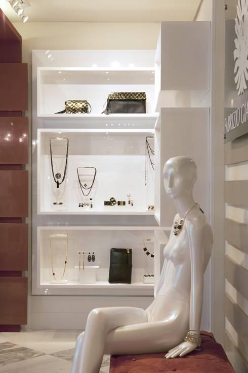 JOALHERIA DESIGN - CASA COR SP 2015 - BRASIL - Painéis estantes para expôr as joias: Lojas e imóveis comerciais  por Adriana Scartaris design e interiores