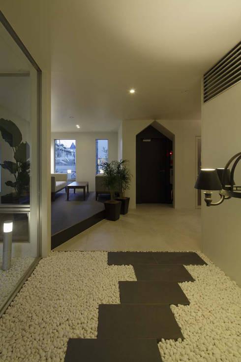 遊び心のあるエントランス: トレス建築事務所が手掛けた廊下 & 玄関です。