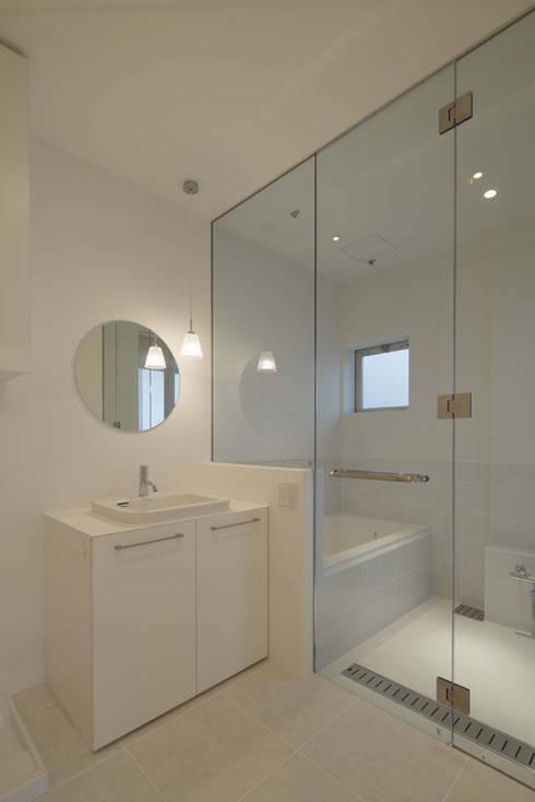 明るく広がりのある水廻り: トレス建築事務所が手掛けた浴室です。