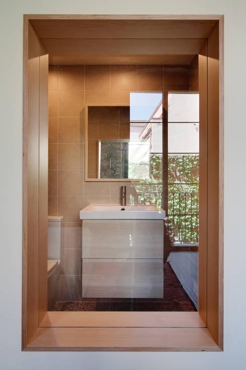 LOFTS GIRONA: Baños de estilo  de Lara Pujol  |  Interiorismo & Proyectos de diseño