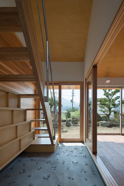 I-HOUSE: 建築デザイン工房kocochi空間が手掛けた廊下 & 玄関です。