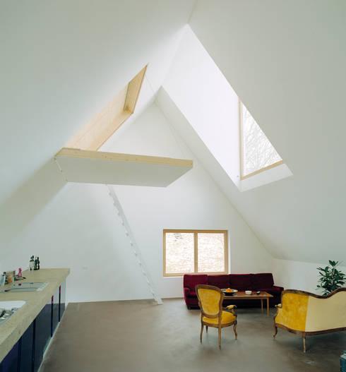 Haus Faraday: moderne Wohnzimmer von Jomini & Zimmermann Architekten