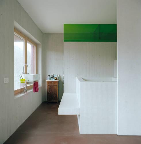 Haus Faraday: moderne Badezimmer von Jomini & Zimmermann Architekten