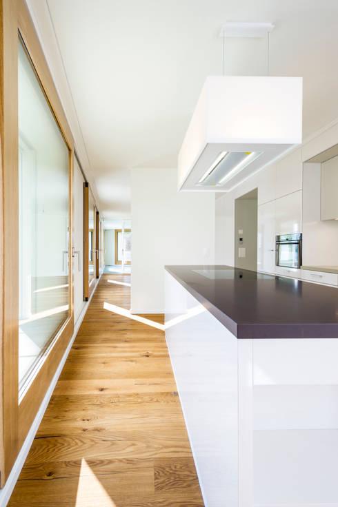 MFH Im Wiesengrund:  Küche von Krayer Architektur GmbH