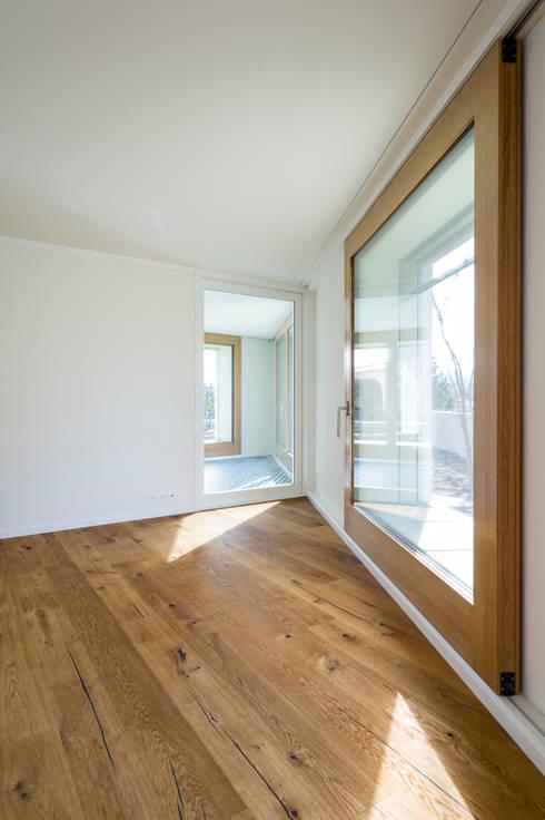 MFH Im Wiesengrund:  Wohnzimmer von Krayer Architektur GmbH