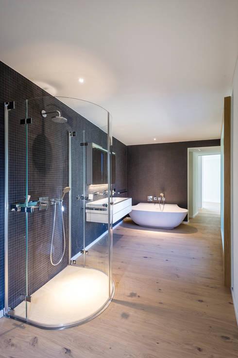 MFH Im Wiesengrund:  Badezimmer von Krayer Architektur GmbH