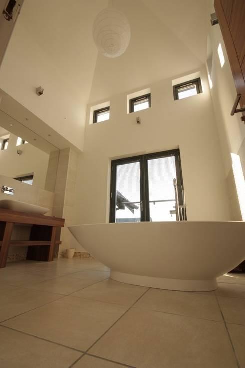 9 Heights:  Bathroom by MRH Design