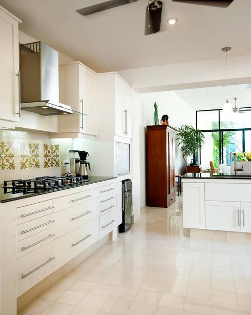 Casa CP78: Cocinas de estilo  por Taller Estilo Arquitectura