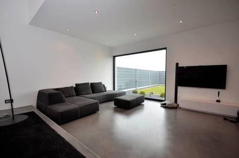 Haus D – Stutensee: minimalistische Wohnzimmer von lc[a] la croix [architekten]