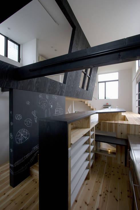 スキップフロアのダイニングキッチン: 一級建築士事務所 笹尾徹建築設計事務所が手掛けたダイニングです。