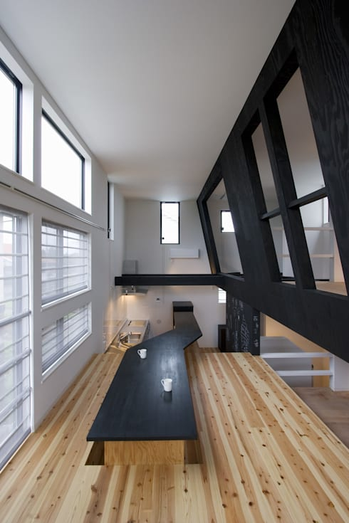 子供室が浮かぶリビング: 一級建築士事務所 笹尾徹建築設計事務所が手掛けたリビングです。