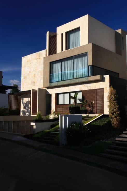 Fachada Principal: Casas de estilo moderno por Código Z Arquitectos