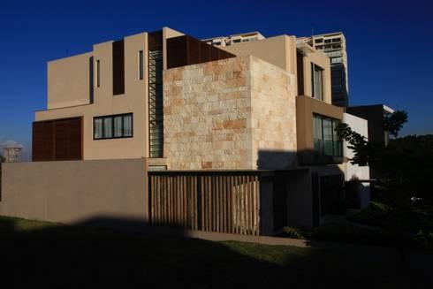 Fachada Lateral: Casas de estilo moderno por Código Z Arquitectos