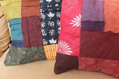 Japanese Paper Decoration cushion: studio Ma スタジオ・エムエーが手掛けたリビングルームです。