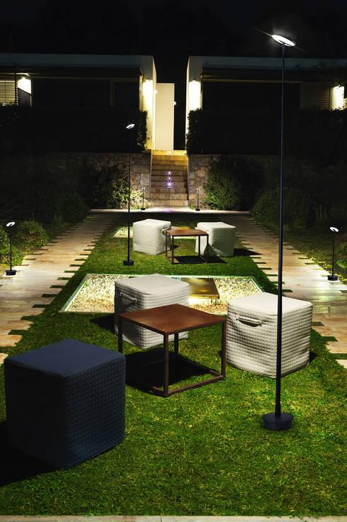 INVISIBLE (THE ONE 2015): Jardines de estilo moderno de LEDS-C4