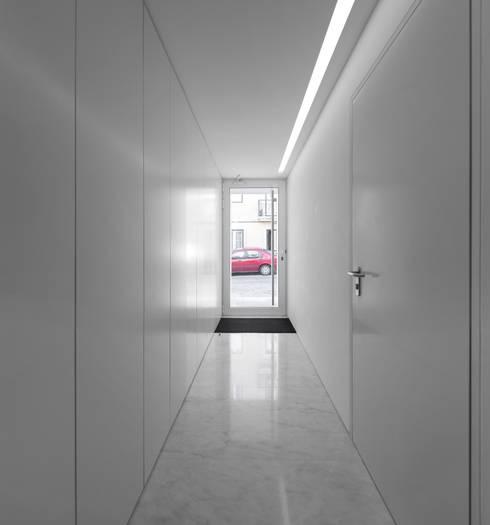 Corredores e halls de entrada  por João Tiago Aguiar, arquitectos