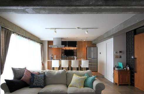 リビングからキッチンを見る: studio m+ by masato fujiiが手掛けたリビングです。