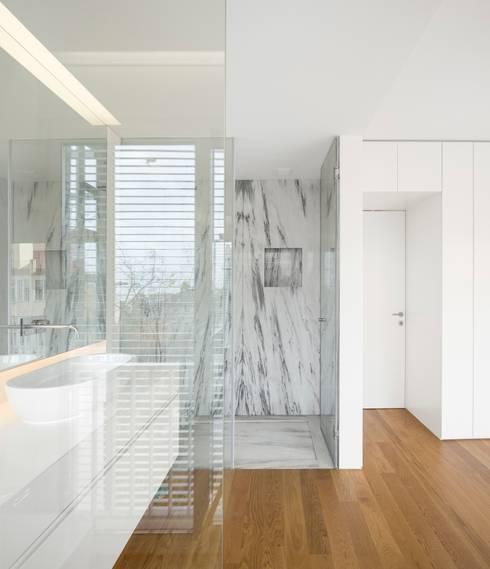Casas de banho minimalistas por João Tiago Aguiar, arquitectos