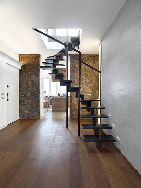 Attico in centro a Milano: Ingresso & Corridoio in stile  di D3 Architetti Associati