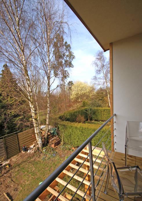 Situé dans les arbres: Terrasse de style  par DCA