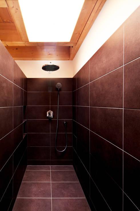 Doppelhaushälfte WI10  über dem Kessel : moderne Badezimmer von Schiller Architektur BDA
