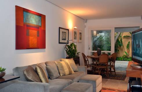 Residência Jardim Europa/SP: Salas de estar modernas por Renata Romeiro Interiores