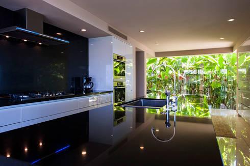 Villa Siriyana: Cocinas de estilo moderno por Stone Contractors