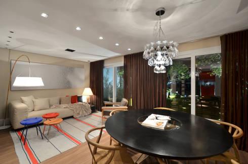 Casa da Praia: Salas de jantar tropicais por Johnny Thomsen Design de Interiores