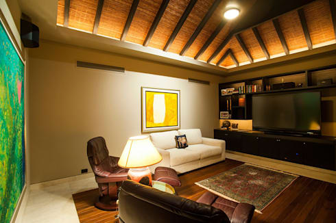 Villa Siriyana: Salas multimedia de estilo topical por Stone Contractors