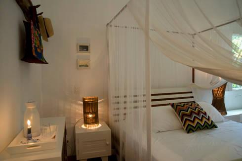 Residência Praia do Espelho - Trancoso/BA: Quartos  por Renata Romeiro Interiores