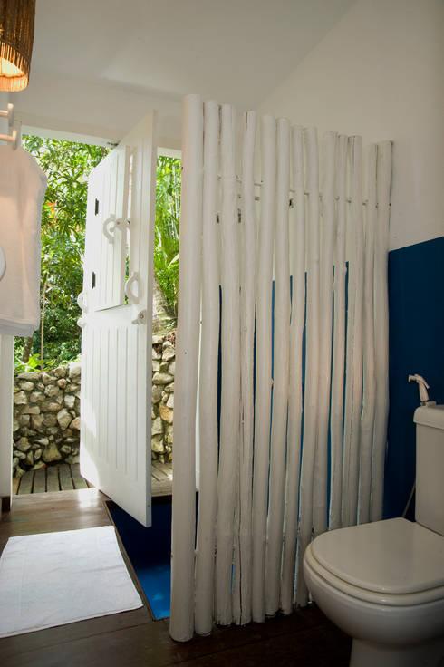 Residência Praia do Espelho – Trancoso/BA: Banheiros tropicais por Renata Romeiro Interiores
