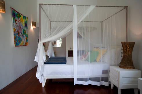 Residência Praia do Espelho – Trancoso/BA: Quarto  por Renata Romeiro Interiores