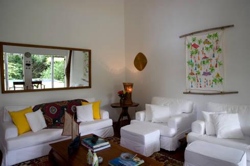 Residência Praia do Espelho – Trancoso/BA: Salas de estar tropicais por Renata Romeiro Interiores