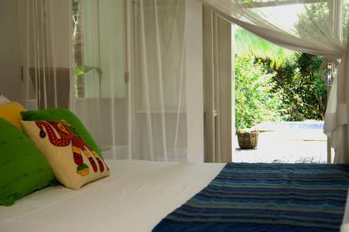 Residência Praia do Espelho – Trancoso/BA: Quartos  por Renata Romeiro Interiores