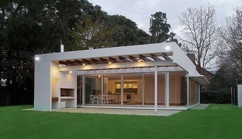 CASA ANDRADA: Casas de estilo moderno por METODO33