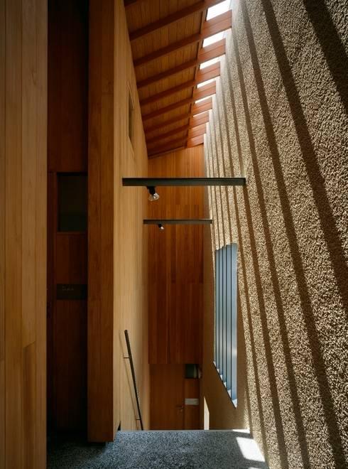 外部廊下・階段: 八木建築研究所 Yagi Architectural Designが手掛けた廊下 & 玄関です。