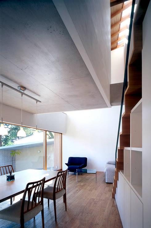 世帯3 主室: 八木建築研究所 Yagi Architectural Designが手掛けたリビングです。