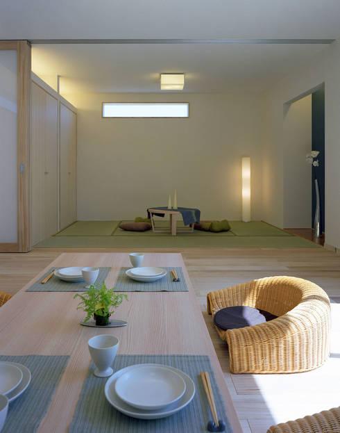 桐の家: 住工房一級建築士事務所が手掛けたリビングです。