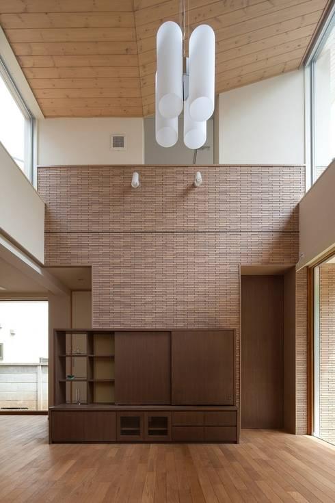 大きな開口を持つリビング: シーズ・アーキスタディオ建築設計室が手掛けたリビングです。
