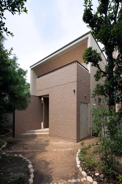 アプローチ側からの外観: シーズ・アーキスタディオ建築設計室が手掛けた家です。