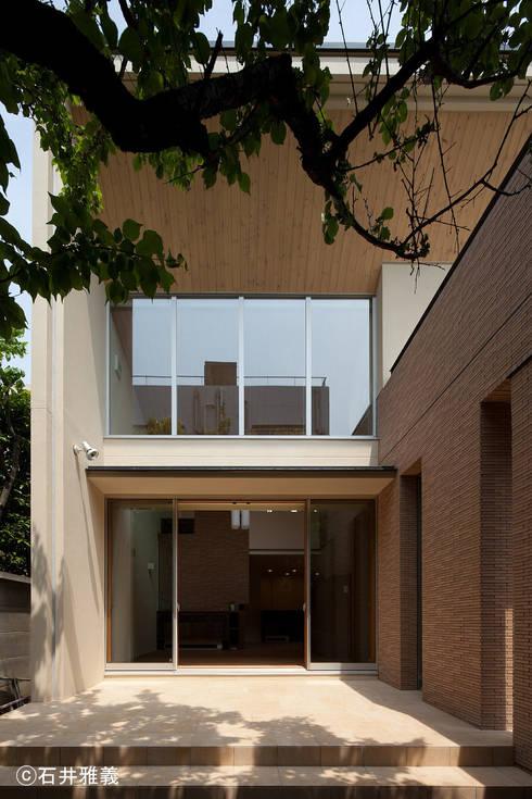 リビングに面したテラス: シーズ・アーキスタディオ建築設計室が手掛けたベランダです。