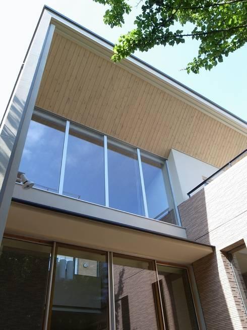 大きな庇と大きな開口: シーズ・アーキスタディオ建築設計室が手掛けた家です。
