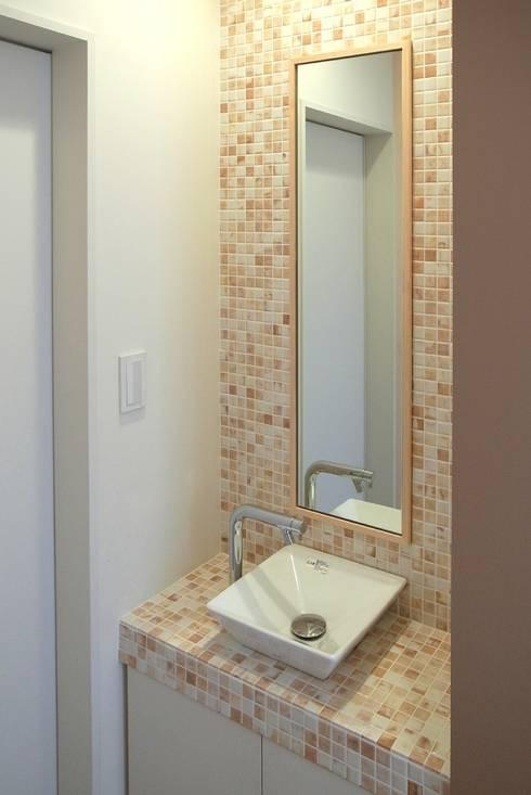 玄関ホール脇にある手洗い: シーズ・アーキスタディオ建築設計室が手掛けた廊下 & 玄関です。
