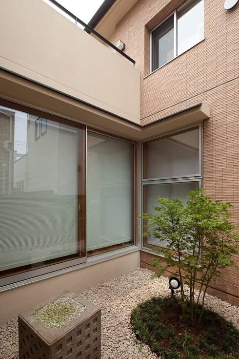 コハウチワカエデのある中庭: シーズ・アーキスタディオ建築設計室が手掛けた庭です。