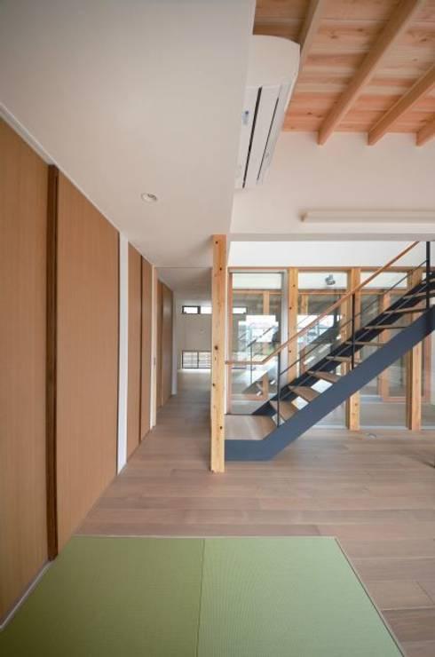 和モダンの家: 岩田建築アトリエが手掛けたリビングです。