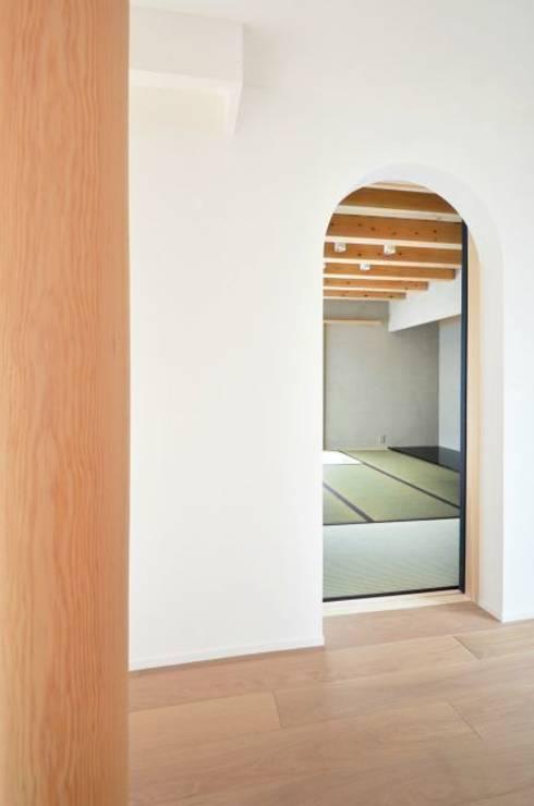和モダンの家: 岩田建築アトリエが手掛けた和室です。