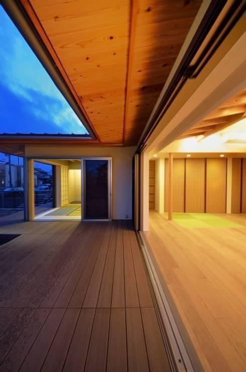 和モダンの家: 岩田建築アトリエが手掛けたベランダです。
