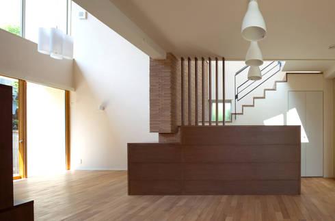 天井の高低差が空間を豊かにするリビング・ダイニング: シーズ・アーキスタディオ建築設計室が手掛けたダイニングです。