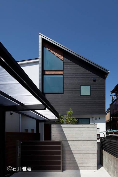 黒の焼杉と大開口が印象的な外観: シーズ・アーキスタディオ建築設計室が手掛けた家です。