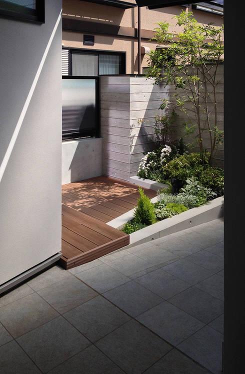 玄関ポーチ脇の親世帯の前庭: シーズ・アーキスタディオ建築設計室が手掛けた庭です。